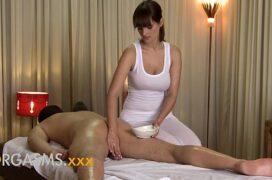 Fazendo massagem no marido e fodendo
