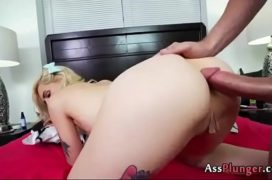 loira gostosa tendo uma forte meteção anal na bunda
