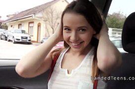 Transando dentro do carro com namorada gostosa