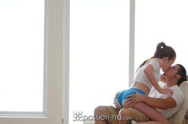Buceta novinha amadora sentando na piroca