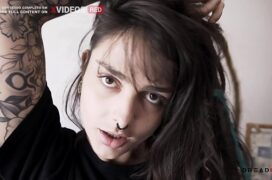 Garota linda fazendo anal