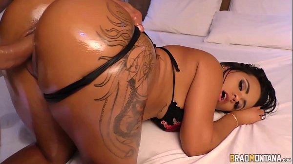 Morena cuzuda tatuada dando a buceta melada