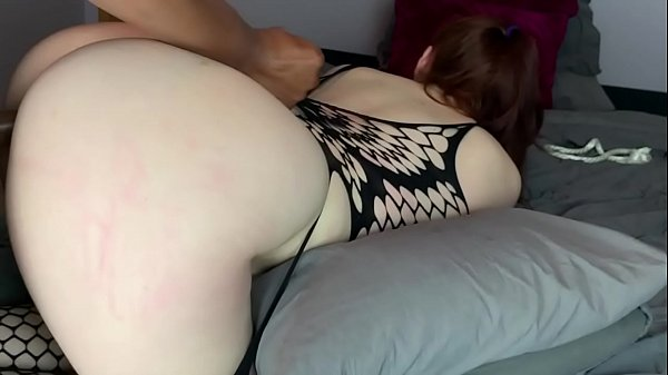 Ruiva gostosa no sexo amador dando a buceta