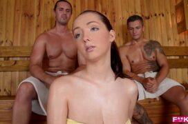 Safada no sexo na sauna com dois homens