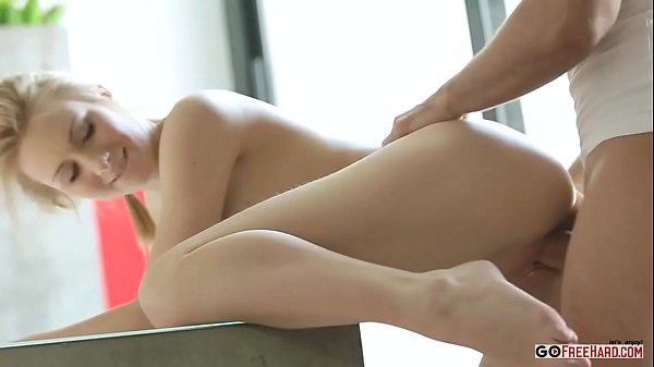 Sexo flagrante loira magrinha dando sua bunda empinada na mesa