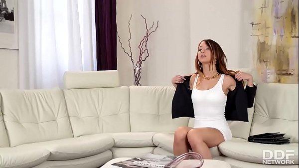 Skokka loira peituda fodendo em video porno