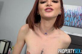 Video de porno com uma magrinha que suga a cabeça do pau e fode sem frescuras