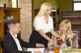 Video de sexo comendo uma loira que pagou boquete por baixo da mesa