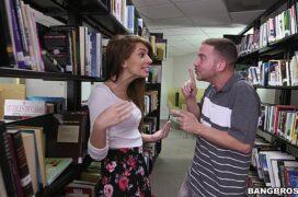 Video porno comendo uma menina gostosa na biblioteca