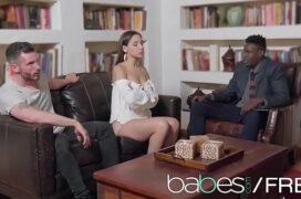 Video porno de uma garota fodendo com homem dotado na cena