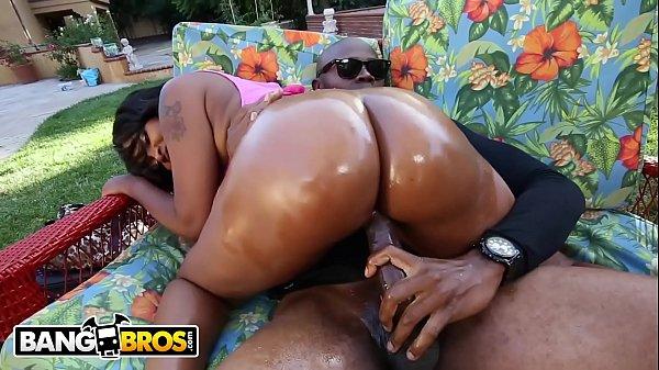 Boa foda mulher negra safada fodendo ao ar livre