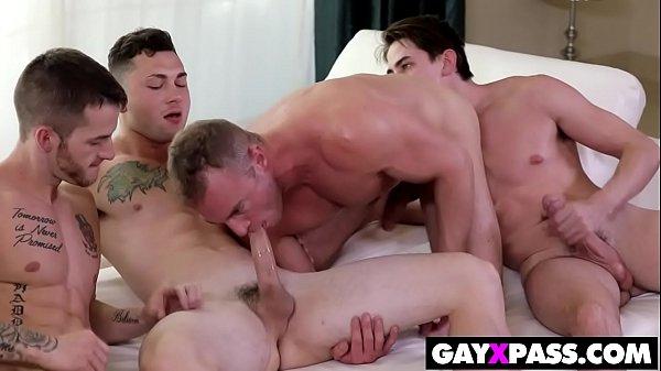 Gay dotado com amigos em uma putaria
