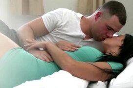 Lascando a bucetinha apertadinha da esposa