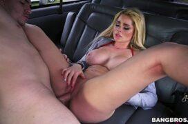 Loira peituda fodendo dentro do carro com seu amigo cacetudo