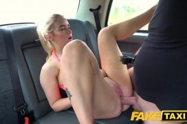 Loira safadinha fodendo dentro do carro