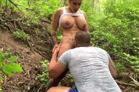 Porno grátis chupando amadora no mato e metendo a rola