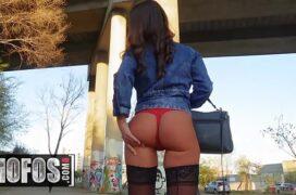 Pornoa de garota bundudinha em público transando