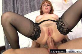 Ruiva bucetuda linda fazendo sexo anal