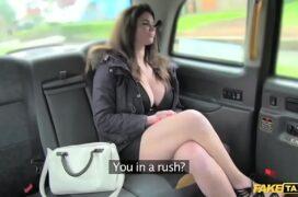Taxista comendo a gostosa