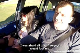 Taxista comendo a pasageira dentro do carro