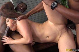 Video de sacanagem com negros fodendo puta loira