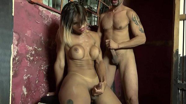 Video porno brasileiro de travesti gostosa sentando com o cu no pau