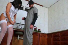 Video porno de gostosa sensualizando só de lingerie e fodendo na cozinha