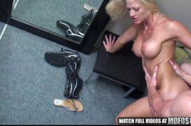 Assisti vídeos de sexo com loira peituda fodendo no vestiário
