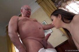 Avô tarado comendo a buceta da neta safada