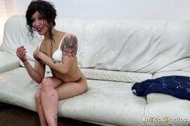 Cena de sexo com uma mulher tatuada no sofá