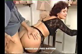 Coroa fazendo sexo anal
