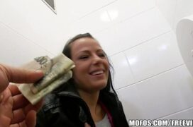 Filmes porno geatis comendo a safada dentro do banheiro