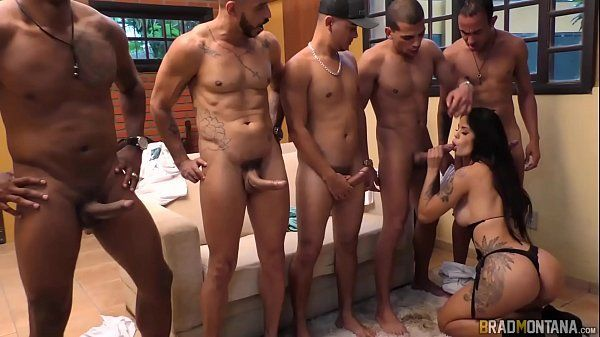 Magrinha deliciosa em uma verdadeira putaria com vários homens