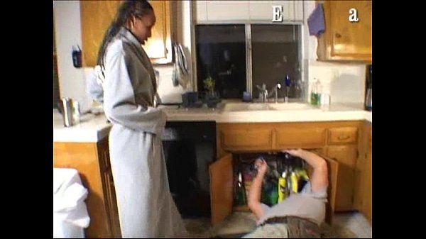 Morena casada fodendo com encanador