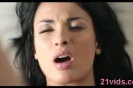 Morena fazendo sexo com carinho com namorado