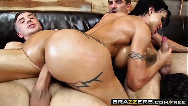 Novinha realizando seu sonho fodendo com dois caras