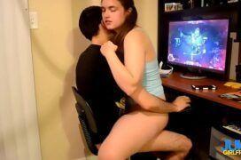 Novinha fodendo com namorado enquanto ele joga