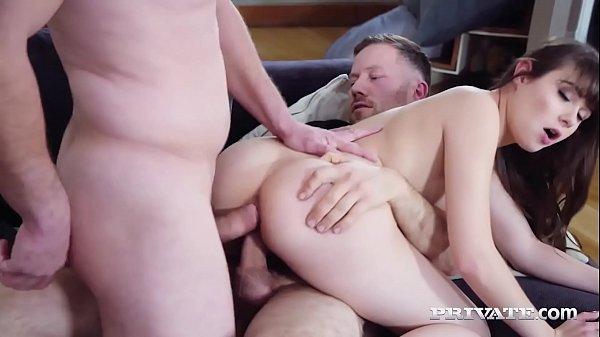Porno branquinha safada fazendo DP