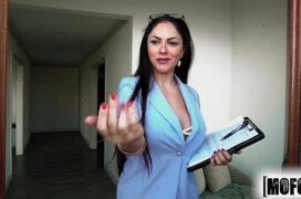 Porno putaria.com mulher em cima do sofá sendo fodida