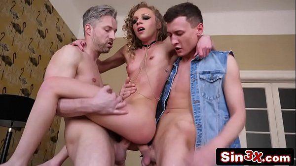 Suruba porno com novinha magrela dando pra roludos