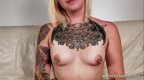 Transando com uma mulher tatuada e arrombada