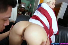 Vídeo de pornô com a loira assanhada mamando e sentando