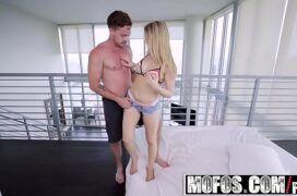 Vídeo de pornô de graça com a loira jovem