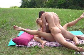 Comendo a namorada linda no acampamento