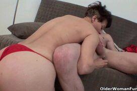 Esposa trepando no sofá com marido