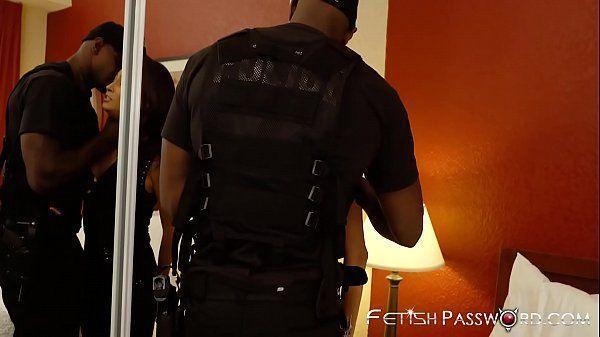 Filme pornô do policial comendo a xota da bandida magrinha