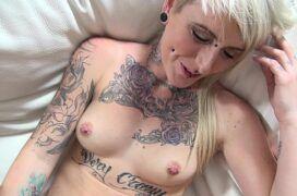 Loira tatuada mostrando a buceta e fodendo