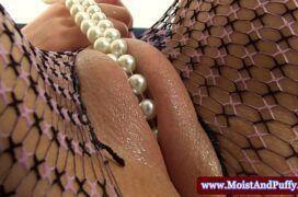 Mulher enfiando vários objetos na buceta