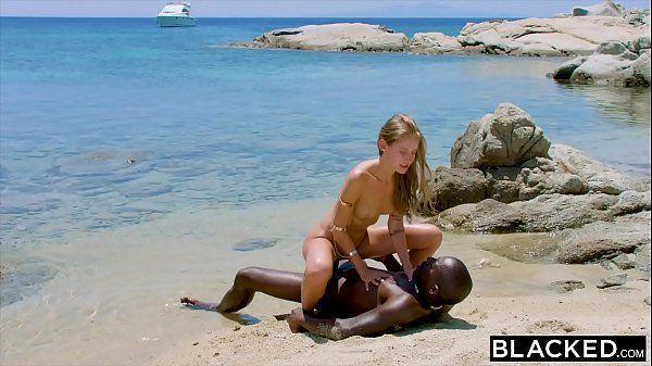 Negão transando com a casada na praia