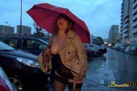 Safada mostrando os peitos na rua